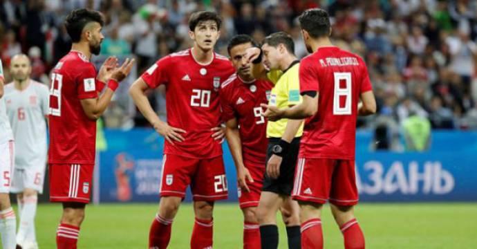 Pemain Iran menunggu kepastian dari wasit memutuskan gol yang mereka cetak ke gawang Spanyol. Foto: Reuters