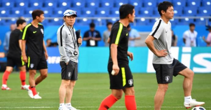 Pelatih Korea, Shin Tae-yong (pakai topi). Foto: AFP