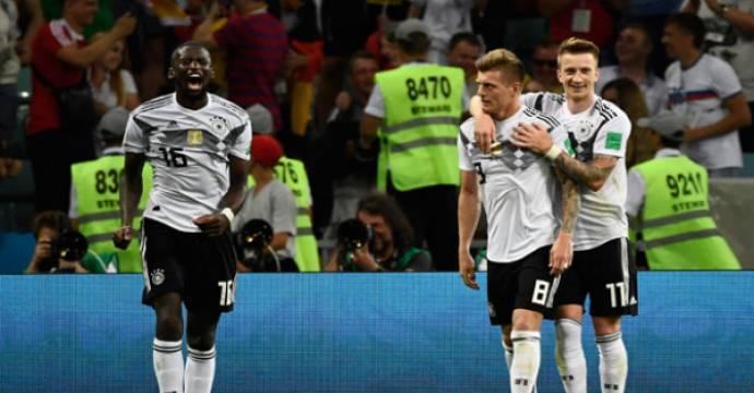 Toni Kroos (dua kanan) menjadi penentu kemenangan Jerman atas Swedia. Foto: AFP