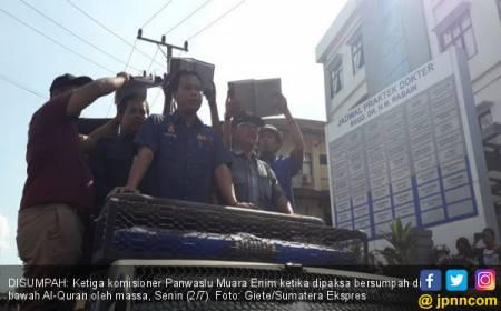 Pendukung Tiga Paslon Paksa Komisioner Panwaslu Bersumpah