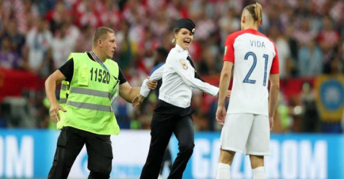 Band Punk Pussy Riot mengaku bertanggung jawab atas aksi invasi lapangan saat final Piala Dunia 2018 antara Prancis vs Kroasia, Minggu (15/7) malam. Foto: Sky