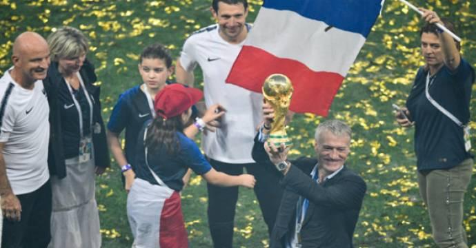 Didier Deschamps mengangkat trofi Piala Dunia. Foto: AFP