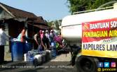 Polisi Turun Tangan Salurkan Air di Area Bencana Kekeringan - JPNN.COM