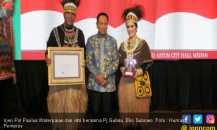 Paulus Waterpauw Berpakaian Adat Papua Saat Pamit dari Sumut