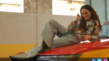 Sheryl Sheinafia di video klip I Don't Mind. Foto: Jawa Pos