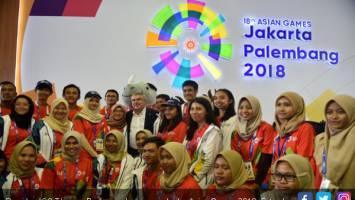 Presiden IOC Thomas Bach pose bersama volunter Asian Games 2018. Foto: Juni Kriswanto/AFP