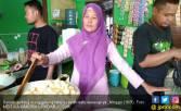 Sainah Jualan Bakso Tusuk, Omzet Bisa Rp 150 Juta per Bulan - JPNN.COM
