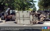 Mobil Boks Tabrak Median Jalan, Kernet Tergencet, Sopir Lari - JPNN.COM