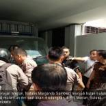 Seorang tahanan Kejari Medan, Natalis Marganda Samosir, menjadi bulan-bulanan petugas usai gagal melarikan diri saat akan disidangkan di PN Medan, Selasa (16/10). Foto: pojoksatu