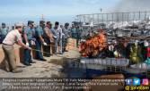 KRI Lepu-861 Tangkap Kapal Bermuatan Barang Ilegal - JPNN.COM