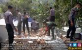 TNI dan Polri Berinergi Bersihkan Puing Rumah Korban Gempa - JPNN.COM