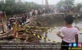 Jembatan Titi Dua Sicanang Ambruk, 11 Ribu Warga Terisolir - JPNN.COM