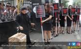 Mbah Mijan Ruwatan Sisca Dewi di Depan Pengadilan - JPNN.COM