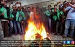 Unjuk Rasa di Kantor Go-Jek Sempat Ricuh, Jaket Dibakar - JPNN.COM
