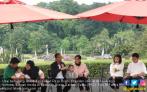 Keseruan Jokowi Ajak Keluarga Keliling Istana dan Kebun Raya - JPNN.COM
