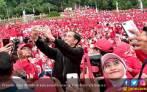 Lihat Nih Aksi Presiden Ikut Senam Tera di Kebun Raya - JPNN.COM