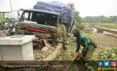 Supir Ngantuk, Truk Tronton Nyungsep di Bahu Jalan - JPNN.COM