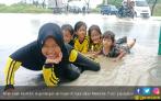 Jalan Meikarta Banjir Dimanfaatkan Warga untuk Tangkap Ikan - JPNN.COM