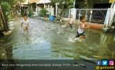Banjir Makin Meluas, Warga Tutup Jalan - JPNN.COM