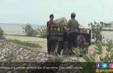 Ckck, Warga Kompak Buang Sampah di Tepi Pantai - JPNN.com