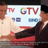 BERSALAMAN: Joko Widodo dan Prabowo Subianto bersalaman saat debat kedua kontestan Pilpres 2019 di Hotel Sultan, Jakarta, Minggu (17/2). Foto: Ricardo/JPNN.Com
