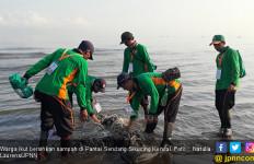 2.000 Orang Bersihkan Sampah di Pantai Sendang Sikucing - JPNN.com