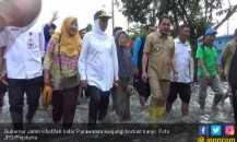 Kunjungi Warga, Bu Khofifah Terjang Banjir
