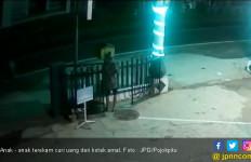 Anaknya Siapa Nih Terekam CCTV Curi Kotak Amal Saat Sahur - JPNN.com