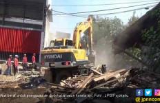 Petugas PT KAI Datang dengan Alat Berat Siap Hancurkan Rumah, Adu Mulut Tak Terhindarkan - JPNN.com