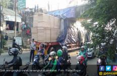 Truk Tersangkut di Jembatan Kedung Halang Bogor, Lalu Lintas Macet - JPNN.com