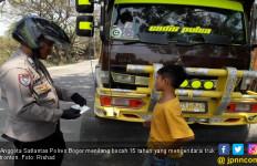 Astaga, Bocah 15 Tahun Mengendarai Truk Tronton - JPNN.com