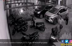 Pelaku Curanmor Terekam CCTV - JPNN.com