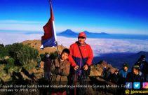 Fayyadh si Pendaki Cilik Peringati HUT ke-74 RI di Puncak Gunung Merbabu - JPNN.com