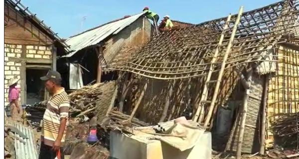Puting Beliung Menerjang, Ratusan Rumah Warga Rusak - JPNN.COM