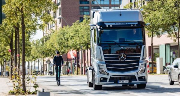 Truk Mercedes Benz Actros Kian Ramah di Jalan Raya - JPNN.com