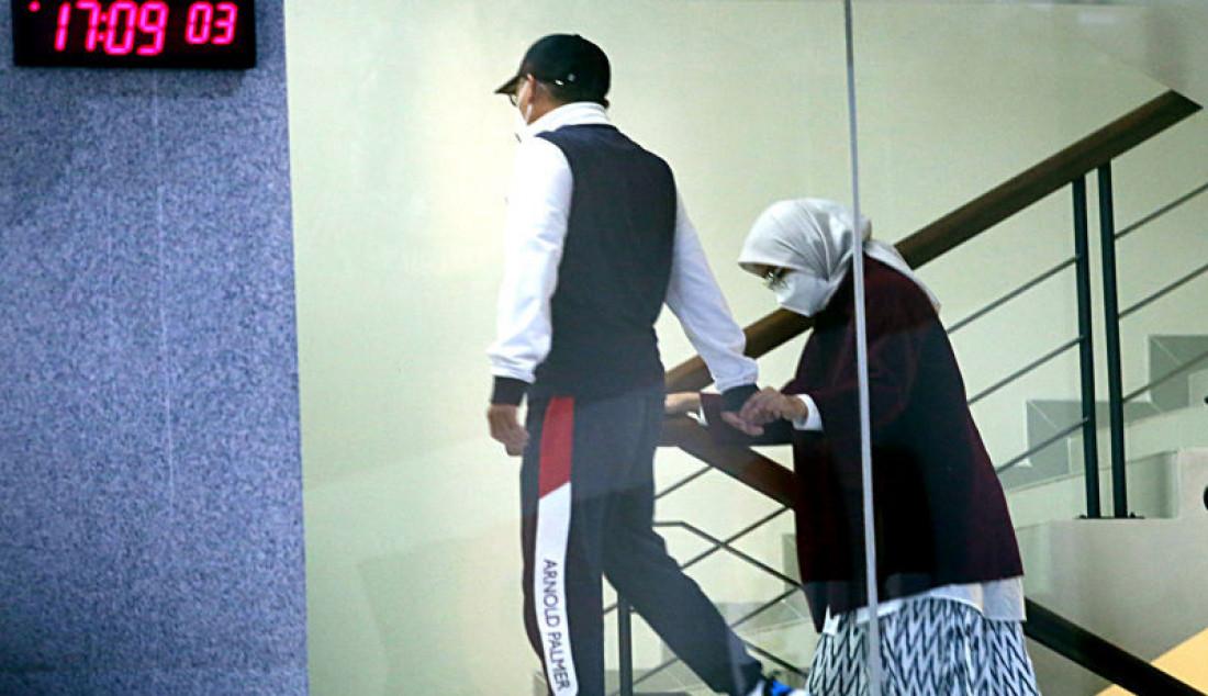 Bupati Probolinggo Puput Tantriana Sari (kanan) bersama suaminya yang juga anggota DPR dan mantan Bupati Probolinggo Hasan Aminuddin saat tiba di Gedung KPK, Jakarta, Senin (30/8). Puput terjaring operasi tangkap tangan (OTT) terkait dugaan kasus jual beli jabatan di Kabupaten Probolinggo, Foto: Ricardo - JPNN.com