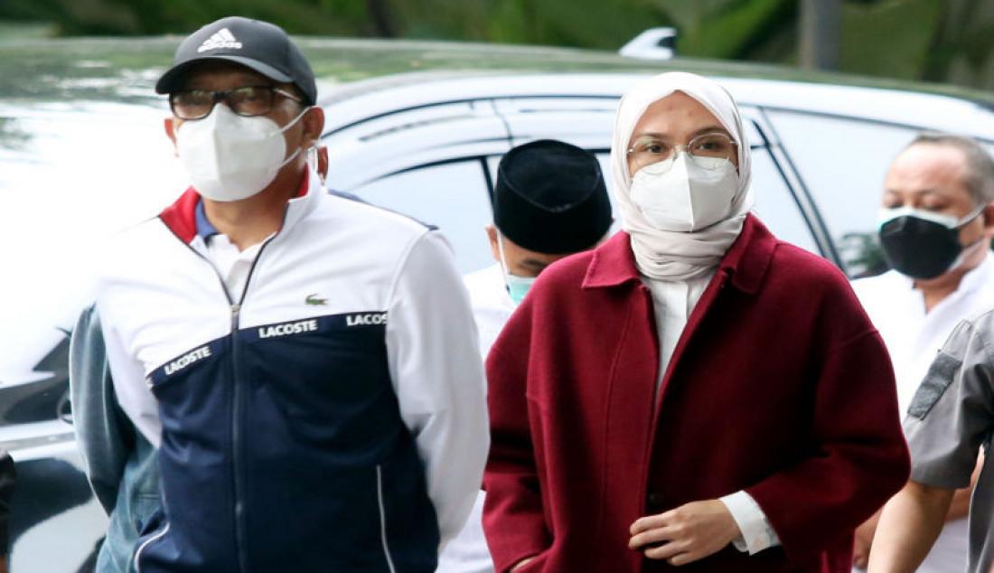 Bupati Probolinggo Puput Tantriana Sari (kiri) bersama suaminya yang juga anggota DPR dan mantan Bupati Probolinggo Hasan Aminuddin saat tiba di Gedung KPK, Jakarta, Senin (30/8). Puput terjaring operasi tangkap tangan (OTT) terkait dugaan kasus jual beli jabatan di Kabupaten Probolinggo, Foto: Ricardo - JPNN.com