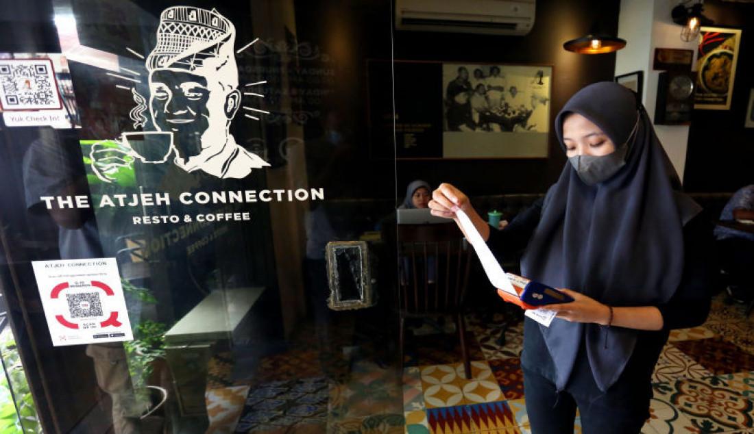 Pelayan menunjukkan struk transaksi di restoran The Aceh Connection, Bendungan Hilir, Jakarta, Selasa (31/8). Pemerintah melakukan sejumlah penyesuaian dalam Pemberlakuan Pembatasan Kegiatan Masyarakat (PPKM) di Jawa-Bali selama sepekan ke depan atau tepatnya dari 31 Agustus hingga 6 September 2021, dengan mengizinkan 1.000 restoran di ruang tertutup beroperasi di beberapa kota. Foto: Ricardo - JPNN.com