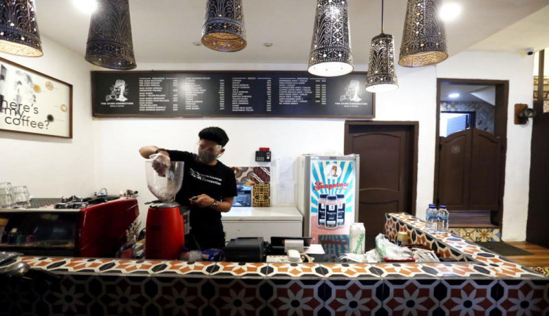 Pelayan saat menyajikan kopi di restoran The Aceh Connection, Bendungan Hilir, Jakarta, Selasa (31/8). Pemerintah melakukan sejumlah penyesuaian dalam Pemberlakuan Pembatasan Kegiatan Masyarakat (PPKM) di Jawa-Bali selama sepekan ke depan atau tepatnya dari 31 Agustus hingga 6 September 2021, dengan mengizinkan 1.000 restoran di ruang tertutup beroperasi di beberapa kota. Foto: Ricardo - JPNN.com
