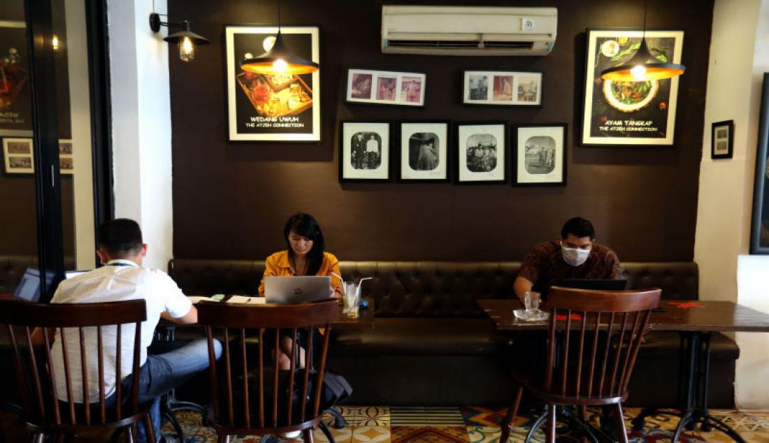 Pengunjung beraktivitas di restoran The Aceh Connection, Bendungan Hilir, Jakarta, Selasa (31/8). Pemerintah melakukan sejumlah penyesuaian dalam Pemberlakuan Pembatasan Kegiatan Masyarakat (PPKM) di Jawa-Bali selama sepekan ke depan atau tepatnya dari 31 Agustus hingga 6 September 2021, dengan mengizinkan 1.000 restoran di ruang tertutup beroperasi di beberapa kota. Foto: Ricardo - JPNN.com
