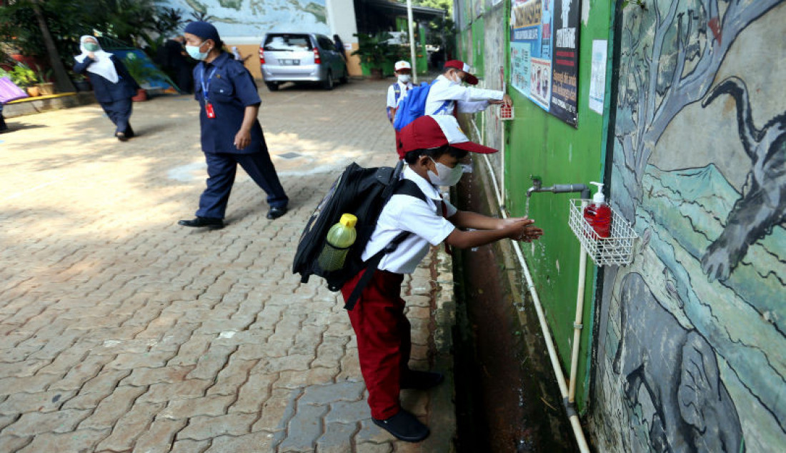 Sejumlah siswa mencuci tangan sebelum mengikuti pembelajaran tatap muka di SDN Pondok Labu 14 Pagi, Jakarta Selatan, Senin (30/8). Sebanyak 610 sekolah di Ibu Kota menggelar pembelajaran tatap muka secara terbatas dengan protokol kesehatan ketat. Foto: Ricardo - JPNN.com