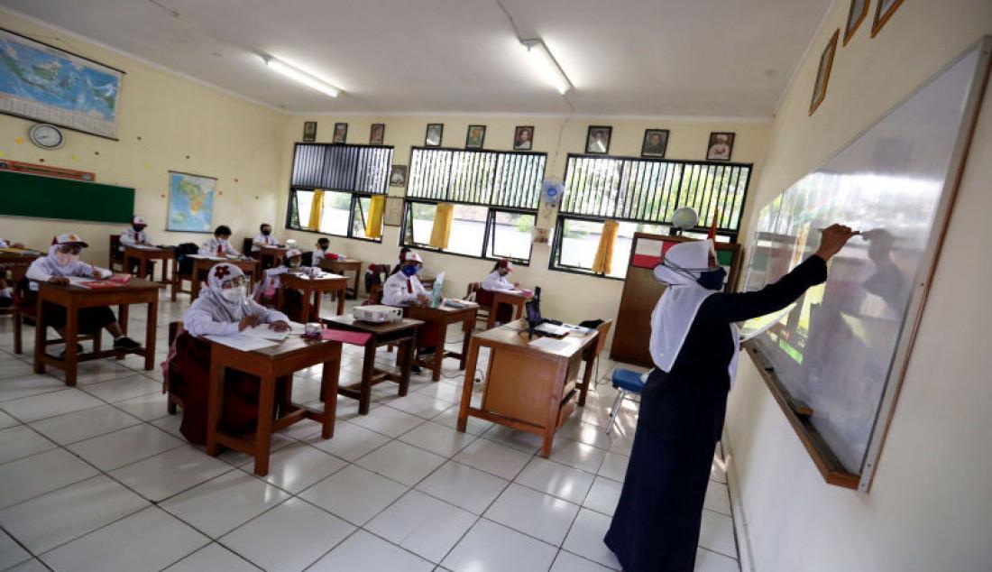 Sejumlah siswa mengikuti pembelajaran tatap muka di SDN Pondok Labu 14 Pagi, Jakarta Selatan, Senin (30/8). Sebanyak 610 sekolah di Ibu Kota menggelar pembelajaran tatap muka secara terbatas dengan protokol kesehatan ketat. Foto: Ricardo - JPNN.com