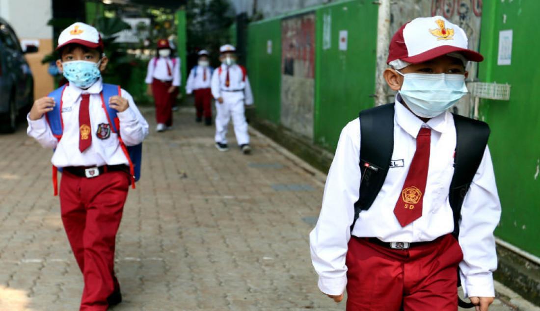 Sejumlah siswa usai mengikuti pembelajaran tatap muka di SDN Pondok Labu 14 Pagi, Jakarta Selatan, Senin (30/8). Sebanyak 610 sekolah di Ibu Kota menggelar pembelajaran tatap muka secara terbatas dengan protokol kesehatan ketat. Foto: Ricardo - JPNN.com