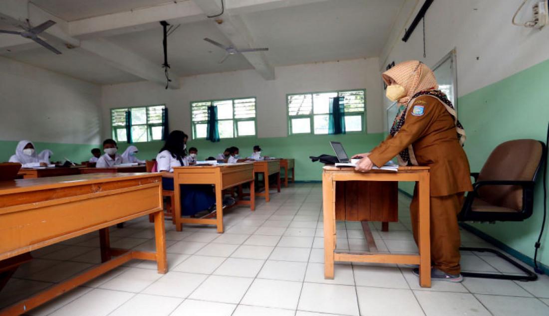 Sejumlah siswa mengikuti pembelajaran tatap muka (PTM) terbatas di SMPN 11 Tangerang Selatan, Banten, Senin (6/9). Pemkot Tangsel mengizinkan 168 SMP untuk memulai PTM terbatas. Foto: Ricardo - JPNN.com
