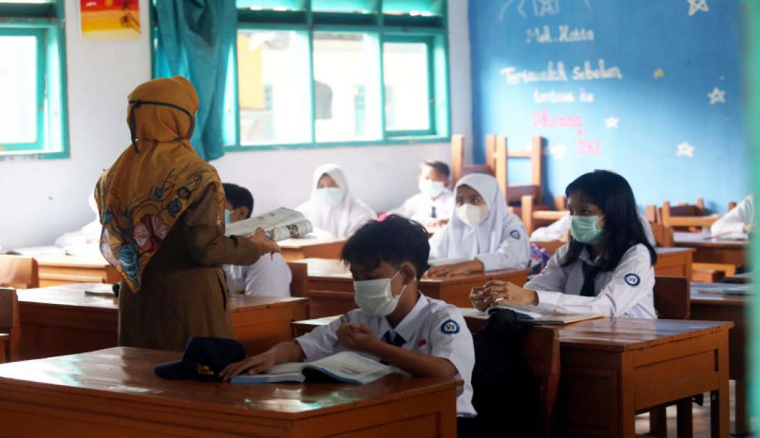 Sejumlah siswa mengikuti pembelajaran tatap muka (PTM) terbatas di SMPN 11, Tangerang Selatan, Banten, Senin (6/9). Foto: Ricardo - JPNN.com
