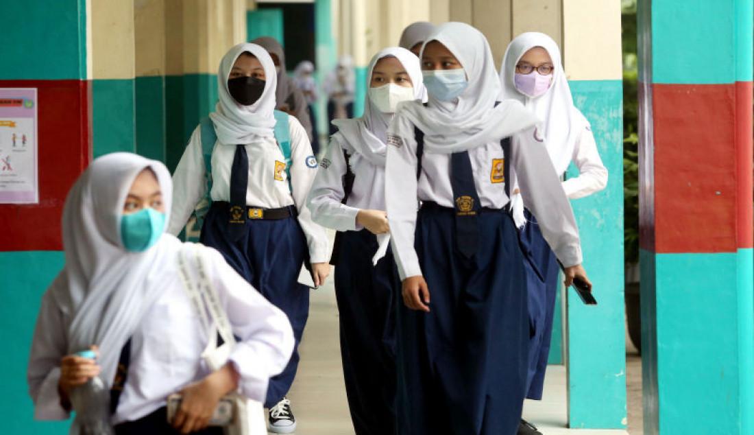 Sejumlah siswa usai mengikuti pembelajaran tatap muka (PTM) terbatas di SMPN 11, Tangerang Selatan, Banten, Senin (6/9). Foto: Ricardo - JPNN.com