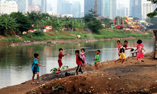 Bermain di Bantaran Sungai Ciliwung