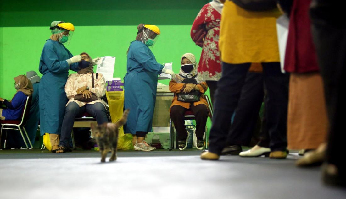 Peserta CPNS dan PPPK Non-Guru 2021 saat mengikuti swab test antigen sebagai syarat untuk mengikuti Seleksi Kompetensi Dasar (SKD) dengan Computer Assisted Test (CAT), Bogor, Jawa Barat, Senin (13/9). Foto: Ricardo - JPNN.com