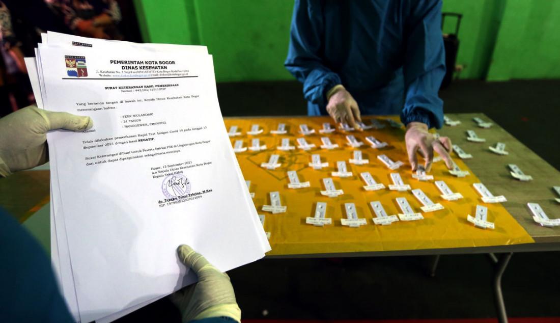 Peserta CPNS dan PPPK Non Guru 2021 mengikuti swab test antigen sebagai syarat untuk mengikuti Seleksi Kompetensi Dasar (SKD) dengan Computer Assisted Test (CAT), Bogor, Jawa Barat, Senin (13/9). Foto: Ricardo - JPNN.com