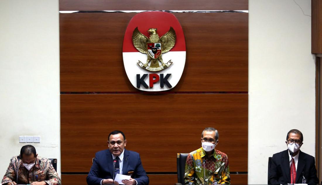 Ketua KPK Firli Bahuri (kedua kiri) bersama Wakil Ketua Nurul Ghufron (kiri), Wakil Ketua Alexander Marwata (kedua kanan) dan Sekjen Cahya Harefa (kanan) memberikan keterangan terkait pengangkatan pegawai KPK menjadi Aparatur Sipil Negara (ASN), di gedung KPK, Jakarta, Rabu (15/9). Foto: Ricardo - JPNN.com